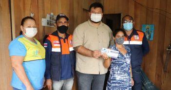 Auxílio EstadualEnchente: prefeito em exercício acompanha entrega de cartão no bairro da Várzea